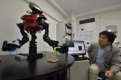 El profesor Hasegawa con el robot | Foto: Afp
