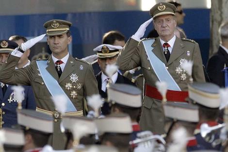 Don Felipe y el Rey Juan Carlos saludan al paso del desfile militar. | Juanjo Martín | Efe