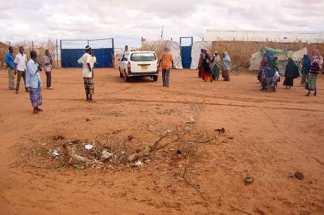 Población local, en una de las puertas de acceso al campo de Dadaab (Kenia). | Afp