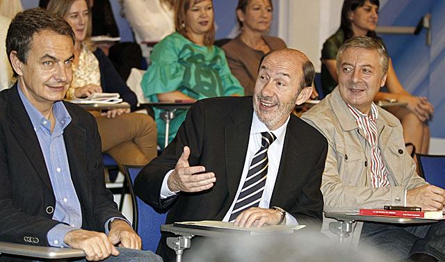 Rubalcaba, entre Zapatero y Blanco antes de intervenir en el Comité Federal   Efe/Víctor Lerena