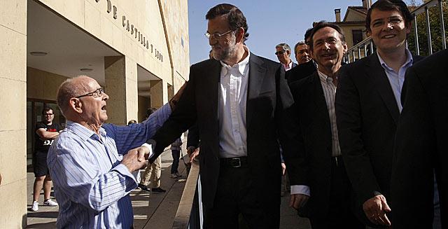 Rajoy saluda a un vecino de Salamanca antes del acto preelectoral.   Enrique Carrascal