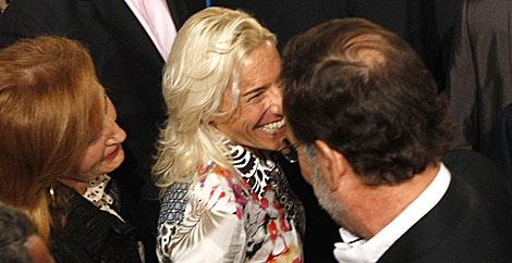 Rajoy saluda a la atleta Marta Domínguez, candidata al Senado.   Enrique Carrascal