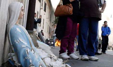 Varias personas asaltaron una iglesia y destruyeron una imagen. | Efe