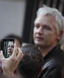 Assange, fotografiado en la protesta. | AP