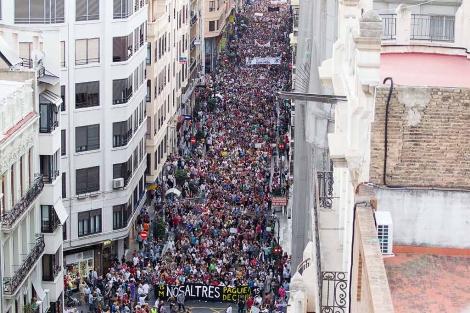 Miles de indignados en el centro de Valencia. | Benito Pajares