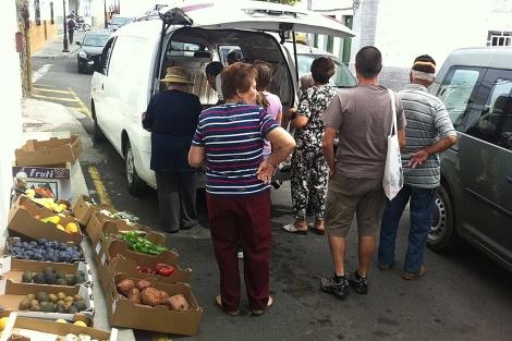 Cola de gente para comprar fruta y verdura a Juan. | M. M.