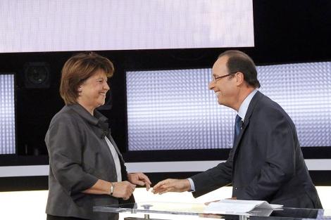 Martine Aubry y François Hollande, en el debate del miércoles en París. | Efe