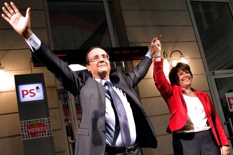 Aubry alza el brazo de Hollande en la sede del PS galo. | Afp