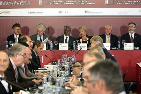 Las seis figuras internacionales asistentes a la Conferencia, en el inicio de la misma.   Efe