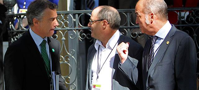 Urkullu (i) saluda al diputado general de Guipúzcoa, Garitano (d) y al alcalde de San Sebastián, Izaguirre.   Efe