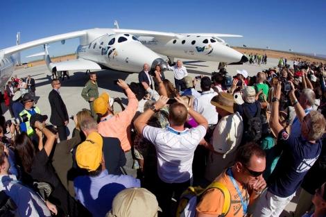 Branson (de blanco) saluda a los asistentes a la presentación del aeropuerto espacial.   AP