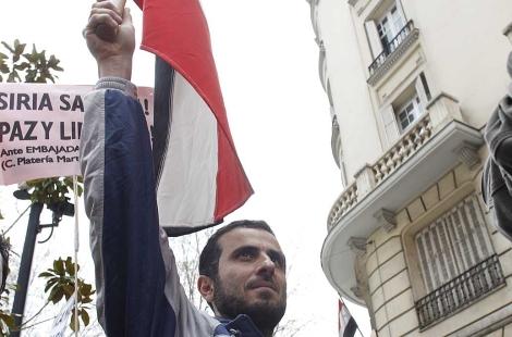 Almallah, en una manifestacion frente a la embajada de Siria. | Antonio Heredia