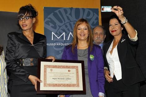 Las familiares del poeta junto a la Ministra Leire Pajín. | Ernesto Caparrós