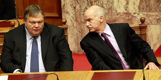 Papandréu y su ministro de Finanzas, durante la votación. | Reuters