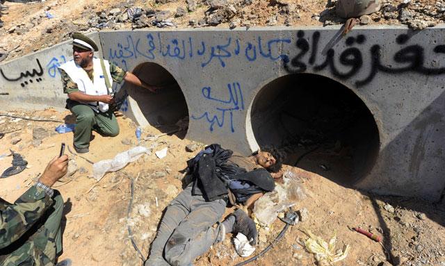Imagen del lugar donde ha tenido lugar el ataque contra Gadafi. | Afp