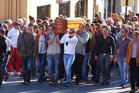 Cerca de 2.000 personas han despedido este jueves a Aitor Lastra. | Ical