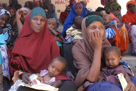 Dos mujeres esperan a que el personal médico atienda a sus hijos. | Oxfam
