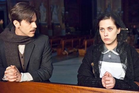 María León y Marc Clotet, en un fotograma de 'La voz dormida'.