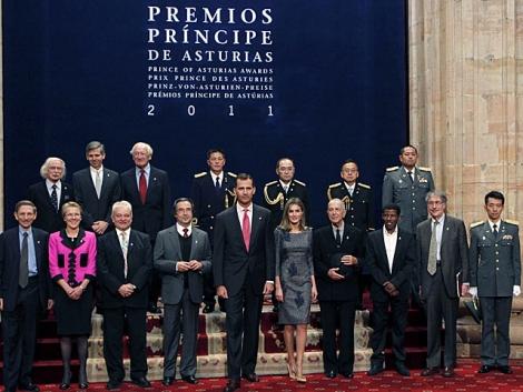 Los príncipes de Asturias posan en la foto de familia con los galardonados. | J.L. Cereijido / Efe