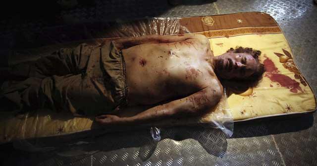 El cadáver del coronel libio Muamar Gadafi yace en un colchón en una cámara frigorífica. | Efe