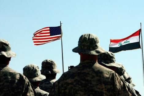 Soldados estadounidenses ante las banderas de EEUU e Irak, el pasado mayo en Hawija. | AFP