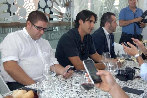 El chef Dani García durante su encuentro con tuiteros. | J. Martín