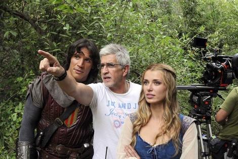 El director da indicaciones a los actores durante el rodaje de 'El Capitán Trueno'. | Efe