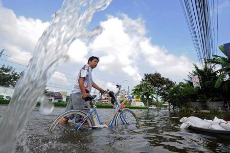 Un hombre, entre el agua en Bangkok.| afp