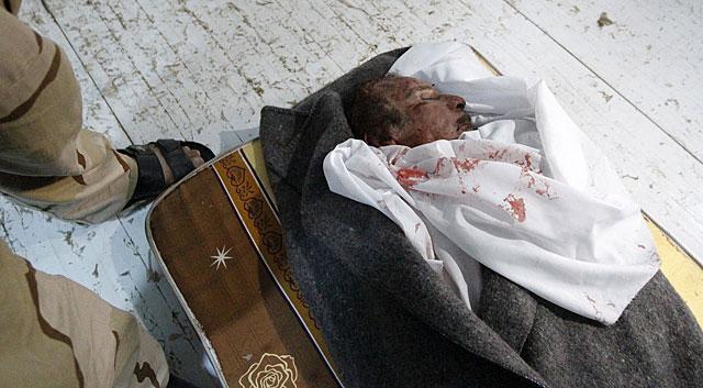 El cuerpo de Muamar Gadafi, expuesto en Misrata. | Reuters