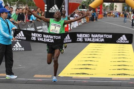 El keniano John Nzau Mwangangi cruza la meta en primer lugar. | E.M.