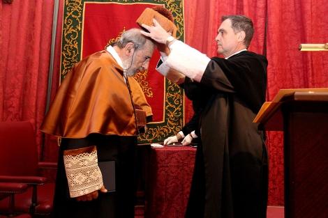 Joaquín Luque, rector de la Hispalense, impone el birrete a Álvaro Siza.   US