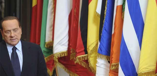El primer ministro italiano, Silvio Berluscon, sale del Consejo Europeo, el pasado domingo. | AP