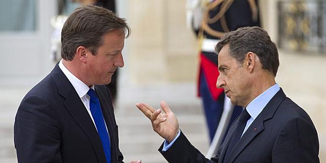David Cameron y Nicolas Sarkozy conversan en la conferencia sobre Libia celebrada en París. | Efe