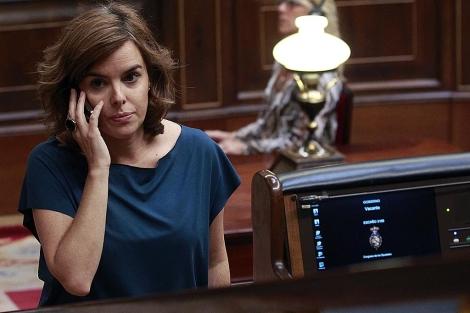 Soraya Sáenz de Santamaría conversa por el móvil en el Congreso. | Javier Barbancho