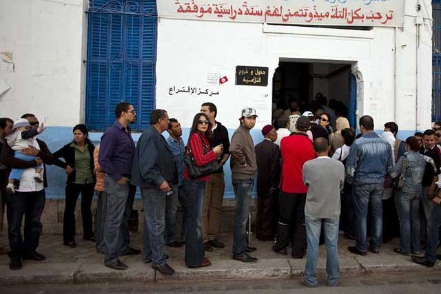 Tunecinos hacen fila para votar en una colegio electoral en Túnez.| Efe