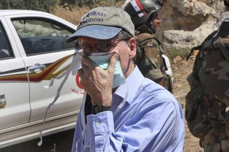 Ford durante una visita a una fosa común en Jisr al Shugour.| Ap