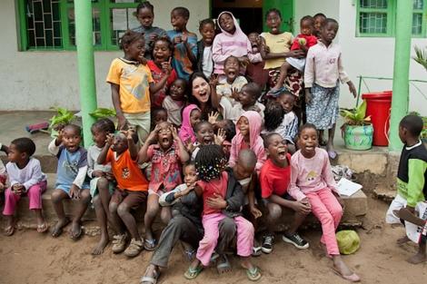 Alexia Vieira y los niños beneficiarios de su fundación.| Eric Ferrer