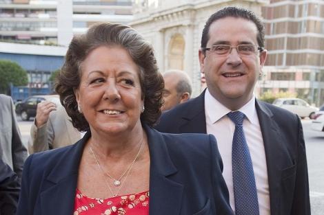 La alcaldesa de Valencia, Rita Barberá, seguida de Jorge Bellver. | Benito Pajares