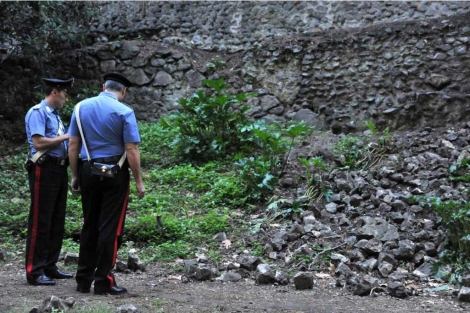 Dos policías cerca del muro romano que colapsó el pasado viernes en Pompeya. |Efe