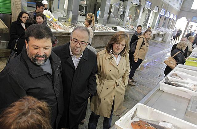 Francisco Caamaño, con el ex alcalde de Compostela, Sánchez Bugallo, visitan el mercado de la capital. | Efe