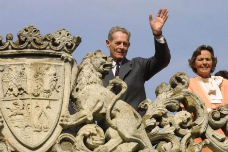 Miguel I de Rumanía y su esposa saludan desde el palacio Elisabeth en Bucarest.   AP