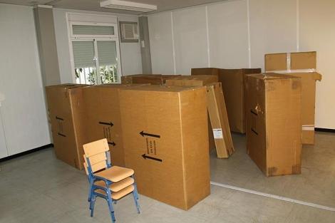 El mobiliario escolar (sillitas y mesas) embalado a los dos días del inicio del curso. | A VV Atalaya