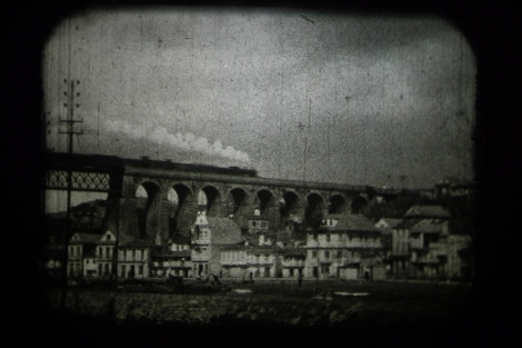 Fotograma de un tren pasando sobre el viaducto de Redondela.