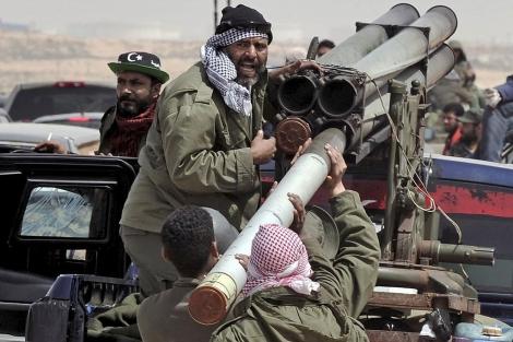 Rebeldes libios cargan un misil el pasado marzo.   AFP