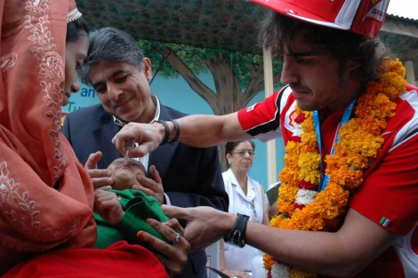 Fernando Alonso vacunó a varios niños contra la polio en un hospital infantil | Unicef India/2011