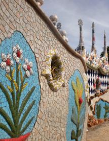 Azulejos de colores adorna parte de sus muros y paredes. | F. R.