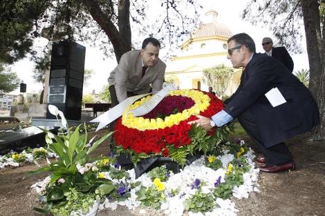 Familiares de José Guardiola ante su lápida conmemorativa.   Roberto Pérez