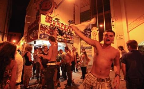 Jóvenes ebrios ante una discoteca de Lloret. | Eddy Kelele