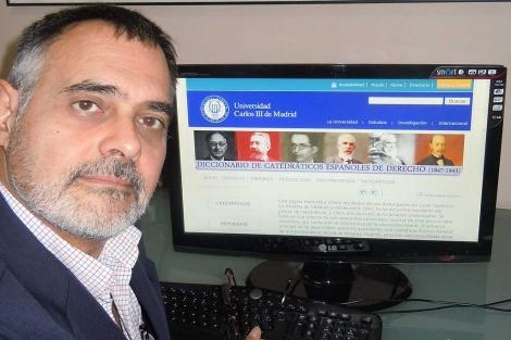 Carlos Petit muestra en un ordenador el resultado de la investigación. | J. Yáñez