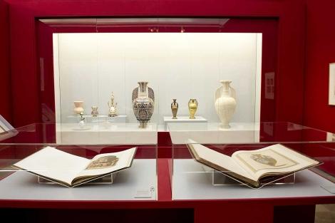 La muestra sobre Owen Jones y su relación con la Alhambra, en Granada. | J. G. Hinchado